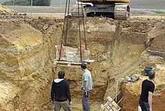 Die eigentliche Wasserleitung aus Schieferplatten konnte dann, nach Bergung des oberen Teils, von hinten freigegraben und mit dem Bagger geborgen werden
