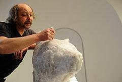 Waldemar Muskalla beim Planen der Kapsel