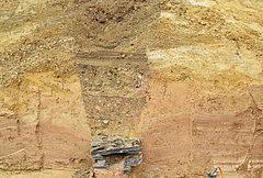 Bodenprofil vor der Bergung. Die Leitungsrinne führte noch Wasser. Grabung der Landesarchäologie, Außenstelle Koblenz, 2017